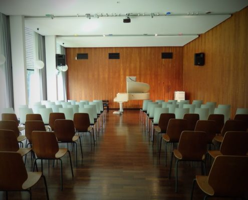 Klavier im Veranstaltungsraum